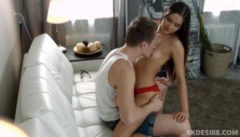 Девушки устроили романтический секс в гостиной